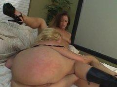 2 lesbos using a dildo