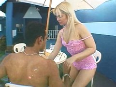 Guy fucks and facializes dark-skin blonde by pool