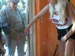 Belle blonde aux gros seins dans un gangbang avec papy