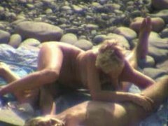 Amateur oral sex on the beach