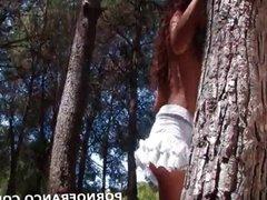 Strip trease dans les bois d une belle brune