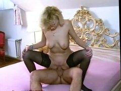 Blondine auf dem bett gefickt.