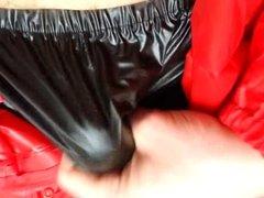 Im Regenanzug schoen ins PVC Hoeschen gespritzt