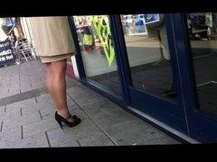 Elegant window shopper