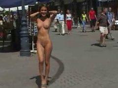 Desnuda entre la gente