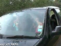 Sodomie sur le capot de la voiture