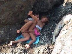 Milf sodomisee entre les rochers par son mec