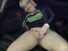 Gina White notgeil in der Tiefgarage