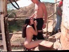 Brunette se prend une double penetration par deux ouvriers