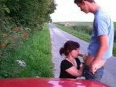 paraja para el auto y tienen sexo en la ruta