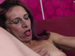 Old skinny mother loves anal and pussy play