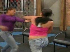 Mujeres latinas peleando y mostrando senos