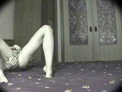 Skinny Girl Masturbation im Bett