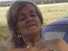 Grand-mere baisee sur la voiture