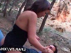 Jeune brunette baisee dans les bois