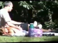 el cornudo se lleva a su mujer de picnic