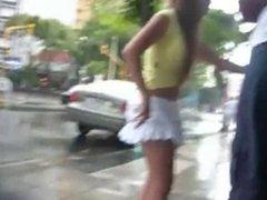 chica guapa en minifalda
