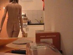 Desnuda en la cocina