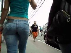 caderona sexy walking in the street