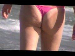 Mulher desfila de calcinha na praia