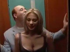 Le mete punteada a rubia tetona en el ascensor
