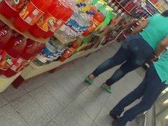 Madura con lindo cuerpo en supermercado