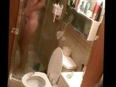 Silvita entrando a la ducha