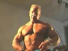 Bodybuilder shows his huge dick