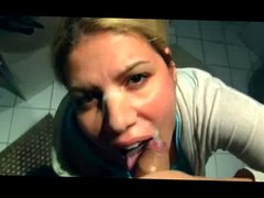 Blondie beim Zaehneputzen von hinten gefickt