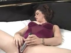 amateur woman sticks a dildo