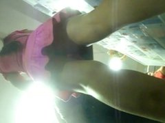 por baixo do vestido rosa na fila da loja americana