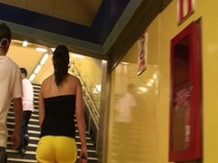 spanish teen candid booty in yellow shorts