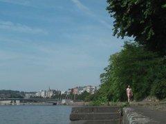 A poil le long du fleuve - Flashing near the river