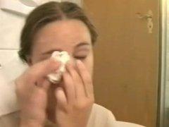 Sie laesst sich ins Gesicht spritzen
