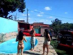 Very hot teen with bikini thong in pool !