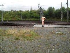 Nackt an der Bahnstrecke 1