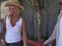 Blonde van gangbang