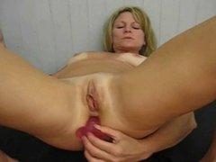 Amateur Milf masturbate till orgasm (Camaster)
