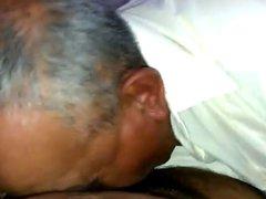 abuelo comiendose una pija