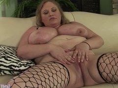 Big-tit plumper Sienna Hills fingers her twat 'til she cums