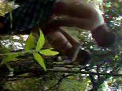 Aline dando no meio do matagal