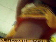 mujer sexy con falda amarilla