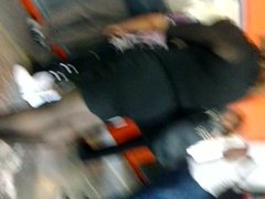 En el metro: Madurita sexy en minivestido negro