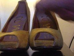 Cumshot to a yellow high heel shoe