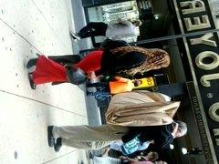 Mujer en pantalon rojo ajustado