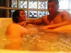 la baignoire pour la jeune asiatique