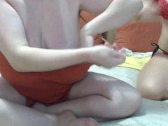 Lilly et sa copine se leche les seins