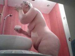 Il filme sa femme dans la salle de bain by Clessemperor