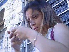 Novinha no Facebook com o celular