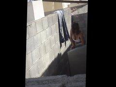 Vecina lavando con chichotas